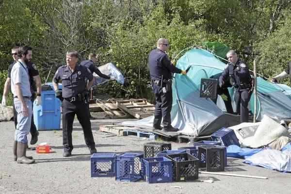 cops-harrass-homeless-man-take-down-tent